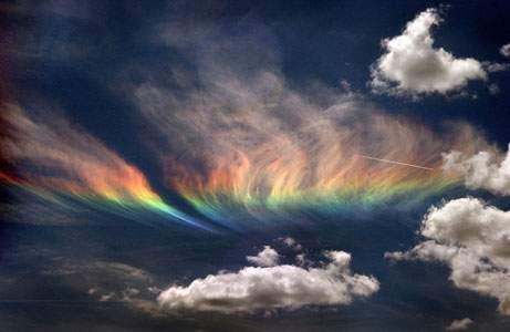 ظاهرة شفق بألوان الطيف يستمر لمدة ساعة.